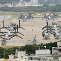 米海兵隊の輸送機オスプレイが駐機する米軍普天間飛行場=2018年2月、沖縄県宜野湾市