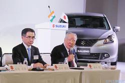 鈴木修会長(右)と鈴木俊宏社長兼CEO