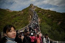 中国・北京で、連休中に万里の長城を訪れる人々(2021年5月1日撮影)。(c)Noel Celis / AFP