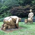 「少女像」と、その前でひざまずいて謝罪する男性による造形物「永遠の贖罪」=28日、平昌(聯合ニュース)