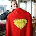 米競売会社ジュリアンズ・オークションズで競売にかけられた、俳優クリストファー・リーヴが着用した「スーパーマン」のマント(2019年12月16日撮影)。(c)Robyn Beck / AFP