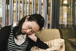 無理して起きると、頭痛や食欲不振、疲労などにつながる(写真/GettyImages)