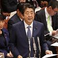 参院予算委員会で台風19号の政府対応を説明する安倍晋三首相(中央)=16日午前、国会内