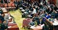 (写真)安倍晋三首相らに質問する笠井亮議員(左)=4日、衆院予算委