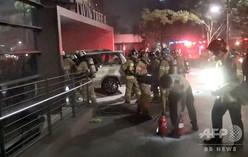 韓国ソウルの日本大使館が入居する建物前で、男性が車内で焼身自殺を図った現場で活動する消防隊。鍾路消防署提供(2019年7月19日撮影、提供)。(c)AFP=時事/AFPBB News