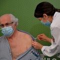 ブラジル・サンパウロの病院で、中国製の新型コロナウイルスワクチン「CoronaVac」の接種を受ける医師(左、2021年1月17日撮影)。(c)NELSON ALMEIDA / AFP