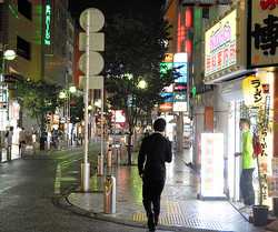 中洲では夜になっても人通りがまばらだった=2020年6月29日午後7時58分、福岡市博多区、島崎周撮影