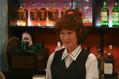 黒木華演じる主人公・凪は、スナック「バブル」2号店で働き始める(C)TBS