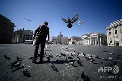 イタリア・ローマのバチカンとの境界付近でハトやカモメに餌をやるホームレスの人(2020年3月25日撮影)。(c)Filippo MONTEFORTE / AFP