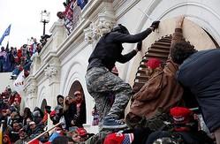 世界が驚愕(米ワシントンの連邦議会議事堂内に乱入し、暴徒化したトランプ大統領の支持者ら)/(C)ロイター