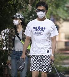 本誌がこの散歩写真を掲載するや、キムタクが穿いているチェッカー柄のパンツがバカ売れ。さすがの広告効果だ