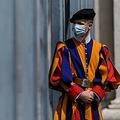 マスクを着けてバチカン市国の入り口に立つ、ローマ・カトリック教会フランシスコ教皇を警護するスイス衛兵(2020年5月6日撮影、資料写真)。(c)Filippo MONTEFORTE / AFP