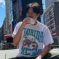 ニューヨークでのお気に入りの場所、タイムズスクエアにて、忙しいレッスンの合間を縫ってほっと一息(写真提供:小出さん)
