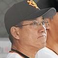 ベンチで腕組みをして遠くを見つめる原監督(左)=東京ドーム