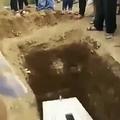 棺の中の故人に別れを告げる家族ら(画像は『Mirror 2020年5月14日付「Terrifying moment corpse 'waves' from inside coffin sparking 'buried alive' fears」(Image: ViralPress)』のスクリーンショット)