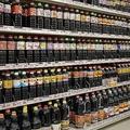 鹿児島県内の醤油がすべて揃っている、が売りのAZスーパー陳列棚(写真撮影:日高修さん)