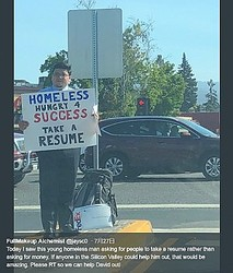 仕事を求めて街頭に立つホームレス(画像は『FullMakeup Alchemist 2018年7月28日付Twitter「Today I saw this young homeless man asking for people to take a resume rather than asking for money.」』のスクリーンショット)