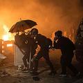 12日、香港中文大で警官隊と対峙(たいじ)するデモ隊(AFP時事)