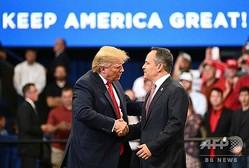 米ケンタッキー州レキシントンで行われた選挙集会で、マット・ベビン氏(右)と握手するドナルド・トランプ大統領(左、2019年11月5日撮影)。(c)MANDEL NGAN / AFP