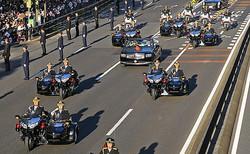 青山通りを進む「祝賀御列の儀」の車列。天皇、皇后両陛下のオープンカーを、皇宮警察の側車(サイドカー)つきオートバイで警護した=2019年11月10日、東京都港区、代表撮影
