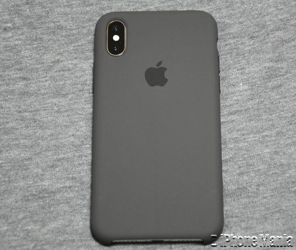 3aac39051a iPhone X向けApple純正シリコーンケースを取り付けると、背面はこのようになります。背面の美しいガラスパネルは完全に覆われてしまいますが、 iPhoneの構造をよく考慮 ...