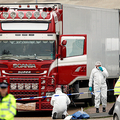 ロンドン近郊グレーズで10月23日、コンテナから遺体が見つかった現場付近を調べる警察官ら=ロイター