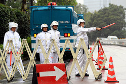 警備する警察官=2019年10月22日午前9時7分、東京都港区、伊藤進之介撮影
