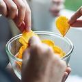 ポテチの素手での取り合い…こんなささいなことでも、歯周病菌に感染する可能性があります(Farknot Architect/stock.adobe.com)