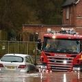 英イングランド西部ニューナムで冠水した道路を移動する消防車(2020年2月16日撮影)。(c)Oli SCARFF / AFP