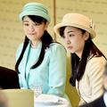日本芸術院賞の受賞者らを招いた茶会で歓談される眞子さま、佳子さま(写真/時事通信フォト)