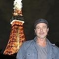 ブラッド・ピットが芝公園で撮影 東京タワーをバックに笑顔