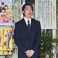 釈放時の伊藤健太郎 乱れぬ髪型は再起への「イメージ戦略」か