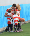 <日本・南アフリカ>試合後、3人の子供たちを抱きかかえるトンプソン(撮影・篠原岳夫)