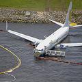 米フロリダ州ジャクソンビルの海軍飛行場の滑走路を外れ、セントジョンズ川に突っ込んだボーイング737型機。同軍提供(2019年5月3日撮影・同4日公開)。(c)AFP=時事/AFPBB News