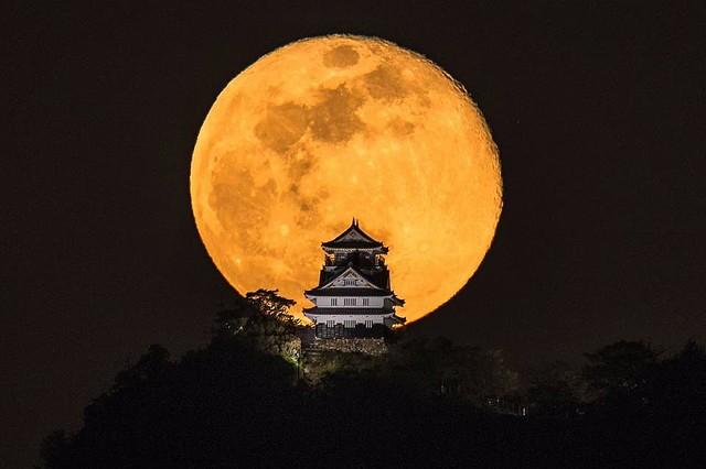 【写真】まるで合成?岐阜城のバックに「巨大満月」 話題の幻想写真、その撮影方法は…