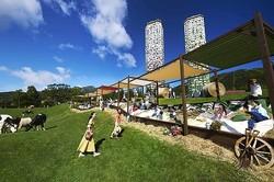 全長30メートル「巨大牧草ベッド」北海道・星野リゾート トマムで、日帰り客も無料で利用可
