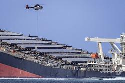 モーリシャス沖で座礁し燃料が流出した貨物船「わかしお」(2020年8月9日撮影)。(c)Daren Mauree / L'Express Maurice / AFP