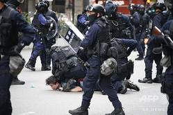 香港で、民主派のデモの参加者を拘束する警察の特殊部隊員ら(2020年5月24日撮影)。(c)Anthony WALLACE / AFP