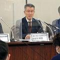 3月22日に提訴したグローバルダイニングの長谷川社長(中央)と代理人の倉持弁護士(右)。請求額は「1円×26店×4日」で104円 写真/朝日新聞社