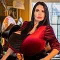 豊胸手術で超巨乳を手に入れた42歳女性(画像は『Foxy Menagerie Verre 2020年2月10日付Twitter』のスクリーンショット)