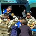 パナマのサンティアゴで、カルト宗教の集団から救出された人を担架で搬送する救急隊。同国のテレビ局TVNノティシアの映像より(2020年1月17日撮影)。(c)AFP PHOTO / HO