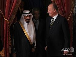 スペイン・マドリードで、サウジの故アブドラ国王(左)を出迎えるスペインの前国王フアン・カルロス1世(2008年7月15日撮影、資料写真)。(c)Pierre-Philippe MARCOU / AFP