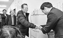 (写真)松本けんじ事務所に激励へ訪れ、広田選対本部長(右)と握手する小沢衆院議員(中央)。その左は平野貞夫元参院議員、春名選対副本部長(左端)=21日、高知市