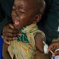 予防接種を受ける子ども(2019年10月19日撮影、資料写真)。(c)Badru KATUMBA / AFP