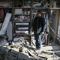 アフガニスタンの首都カブール北西部で、ロケット弾による被害を受けた住宅を見て回る男性(2020年11月21日撮影)。(c)WAKIL KOHSAR / AFP