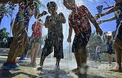 米カリフォルニア州の公園で水を浴びる子どもたち(2019年7月27日撮影、資料写真)。(c)Frederic J. BROWN / AFP
