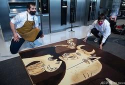 チョコレートを使ってパブロ・ピカソの「ゲルニカ」のレプリカを作るショコラティエら。スペイン・レソで(2021年4月16日撮影)。(c)ANDER GILLENEA / AFP