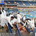 ゴミ拾いするウルグアイ代表のサポーター【写真:ウルグアイメディア『オベーション・デジタル』のスクリーンショット】