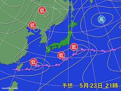 23日午後9時の予想天気図。