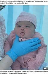 5840グラムで誕生したエミリアちゃん(画像は『The Sun 2021年5月1日付「WHOAH BABY First-time mum gives birth to 13lbs baby girl after her bump was SO big doctors thought she was having twins」(Credit: Mercury)』のスクリーンショット)